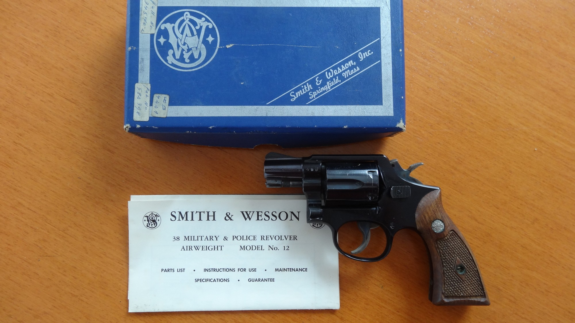 Revolver: Smith & Wesson Model 12-1 Airweight Cal. 38 Special.